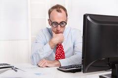 沮丧的人与烧光综合症状-哀伤的开会在他的桌上 免版税库存图片