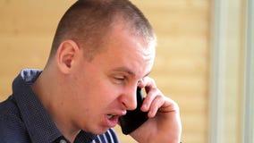 沮丧的人叫喊对他的智能手机 股票视频