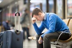 年轻沮丧的人在机场 库存图片