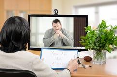 沮丧的人的网上心理治疗家帮助 免版税库存图片