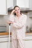 沮丧的厨房妇女 库存照片