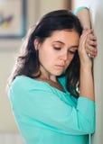 沮丧的哭泣的妇女在家 图库摄影