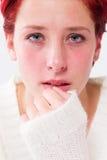 沮丧的哭泣的年轻红头发人妇女 免版税库存图片