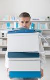 沮丧的商人运载的箱子 免版税图库摄影