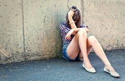 沮丧的女孩纵向少年 免版税库存图片