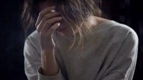 沮丧的女性抽烟的香烟,考虑生活问题,瘾 免版税库存图片