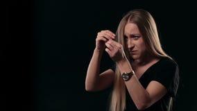沮丧的妇女发现了她的第一根灰色头发 股票视频