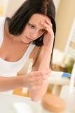 沮丧的妇女正妊娠试验结果 免版税库存照片