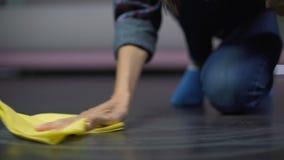沮丧的妇女设法取消在地板上的一个污点与清洁产品 股票视频