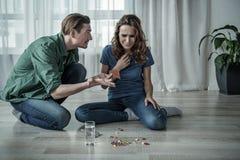 沮丧的妻子要由药物结束她的生活 免版税库存图片