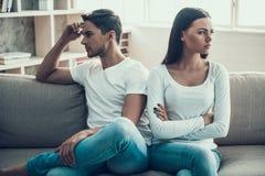 沮丧的年轻夫妇争吵了 eps系列例证jpeg争吵向量 图库摄影