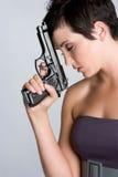 沮丧的枪妇女 免版税库存图片