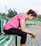 沮丧的母赛跑者 库存照片
