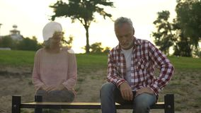 沮丧的老人坐长凳,出现的妻子此外,损失哀痛,记忆 股票视频