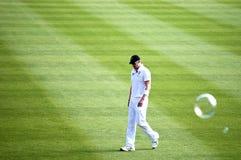 沮丧的英国玩板球者看得下来 免版税库存图片