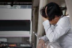沮丧的被注重的年轻亚洲商人感觉侧视图尝试了或与工作的忧虑 失业的商人概念 库存图片