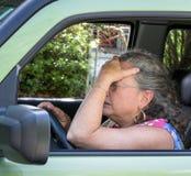 沮丧的资深妇女司机 免版税图库摄影