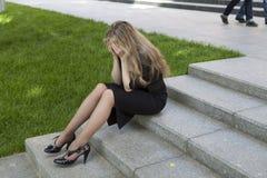 沮丧的青少年女孩坐的台阶 免版税库存图片
