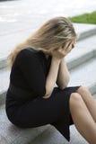 沮丧的青少年女孩坐的台阶 免版税库存照片