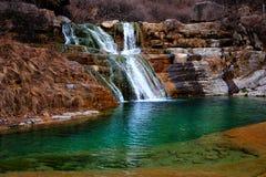 河、冰和山平安的风景视图  免版税图库摄影
