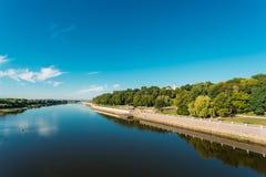 河、城市圣皮特圣徒・彼得和保罗公园和大教堂在夏天晴天 免版税库存照片