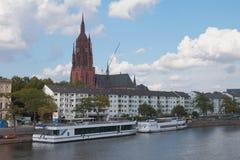 河、堤防、走的马达船和大教堂 法兰克福德国主要 免版税库存照片