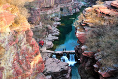河、峭壁和山平安的风景视图  免版税库存照片