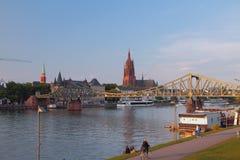 河、桥梁、大教堂和城市 法兰克福德国主要 库存图片