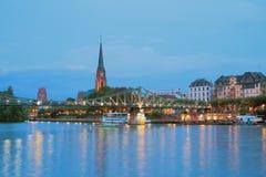 河、桥梁、教会和城市 法兰克福德国主要 库存图片