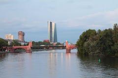 河、桥梁和城市 法兰克福德国主要 库存图片
