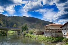 河、桥梁和多云天空 免版税库存图片