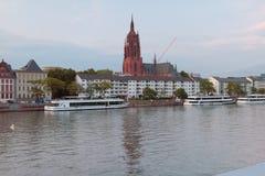 河、走的马达船和大教堂 法兰克福德国主要 免版税库存照片