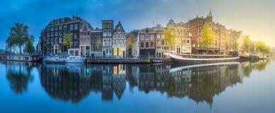 河、运河和传统老房子阿姆斯特丹 免版税库存照片