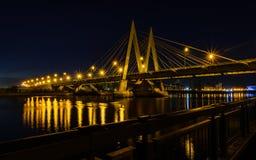 河上的桥的夜都市风景在喀山 免版税库存图片