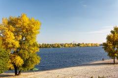 河与明亮的蓝天的秋天风景 库存图片