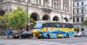 河乘驾-观光浮动的公共汽车 免版税库存照片