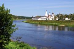 河伏尔加河和Cvyatouspensky修道院的看法在城市Staritsa,俄罗斯 免版税库存图片