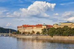 河伏尔塔瓦河,堤防,桥梁的全景在市布拉格 cesky捷克krumlov中世纪老共和国城镇视图 免版税库存图片