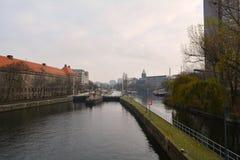 河侧视图在柏林(德国) 免版税库存图片