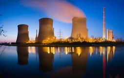 河全景的能源厂在晚上 库存照片