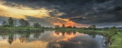 河全景风景在日出的秋天早晨与五颜六色的天空和灰色云彩 库存照片