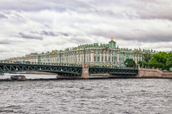 从河公共汽车的一个看法在内娃河 Dvortsovy宫殿桥梁和偏僻寺院 免版税图库摄影