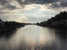 河内卡河和城市海得尔堡,德国的风景,微明的 免版税库存图片