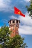 河内地标:河内与越南红旗的旗子塔在上面 免版税库存照片