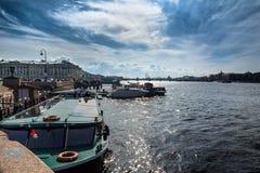河内娃的堤防和在圣以撒` s前面的一个码头 免版税库存图片