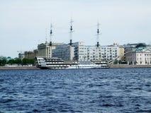 河内娃的海岸有船圣徒的Peterburg 免版税图库摄影
