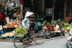 河内,越南,12 20 18:在街道的生活在河内 供营商设法卖他们的在河内拥挤的街的物品  库存照片
