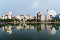 河内,越南-大约2015年9月:在湖附近的公寓在河内,越南住宅区  免版税库存照片