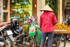 河内,越南- 2016年12月16日:一个人卖在Th的蜜桔 库存照片