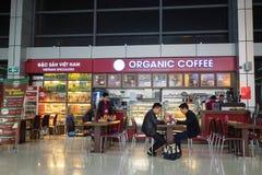 河内,越南- 2016年3月26日:一个咖啡馆在T1国际终端,内排国际机场 图库摄影